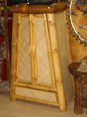 Armoire conique en bambou avec des paneaux en rotin